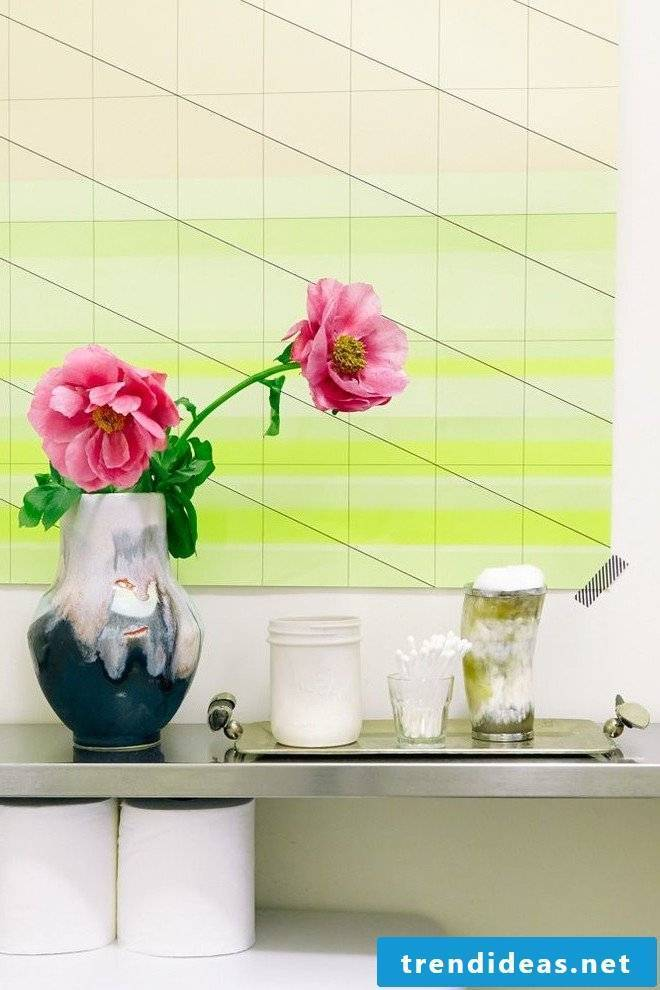 Geometric figures as a wall design also in the bathroom