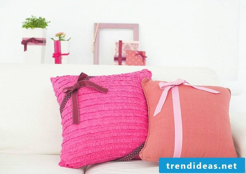 Sewing the cushion cover: Pillow cover in pink!