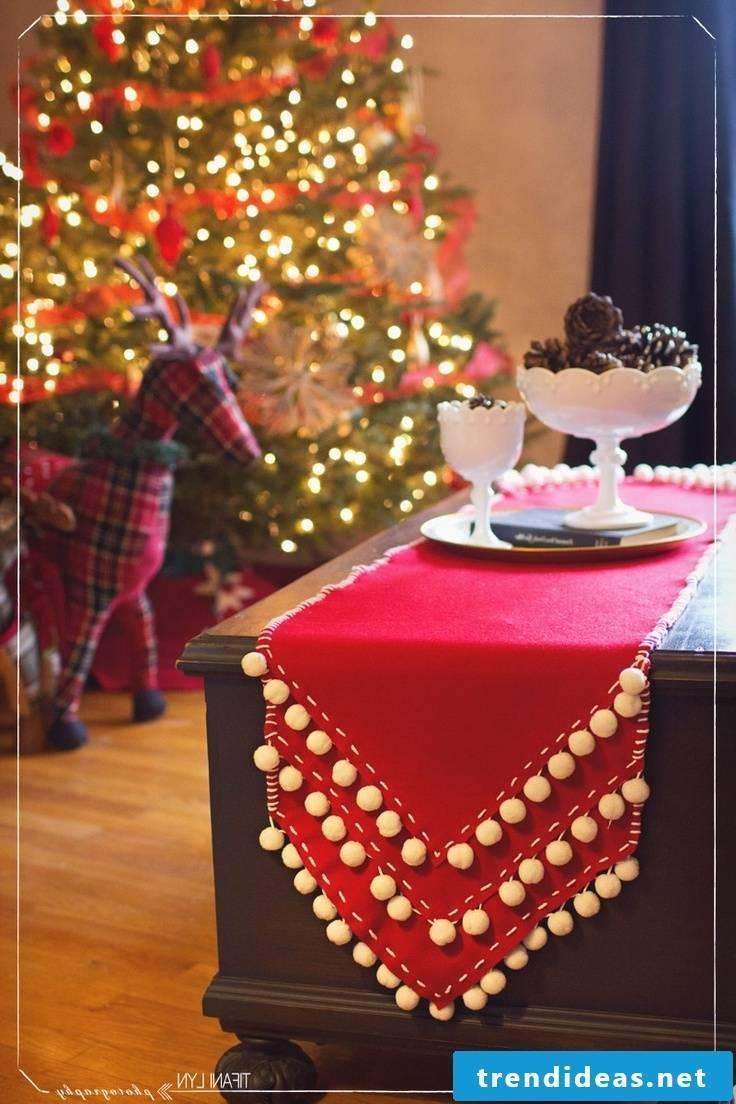 table runner-christmas-pompom