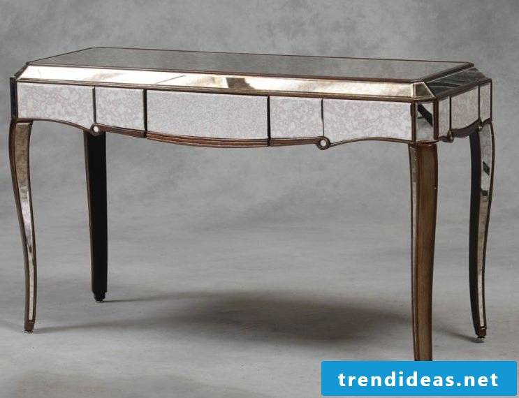Table in silver.
