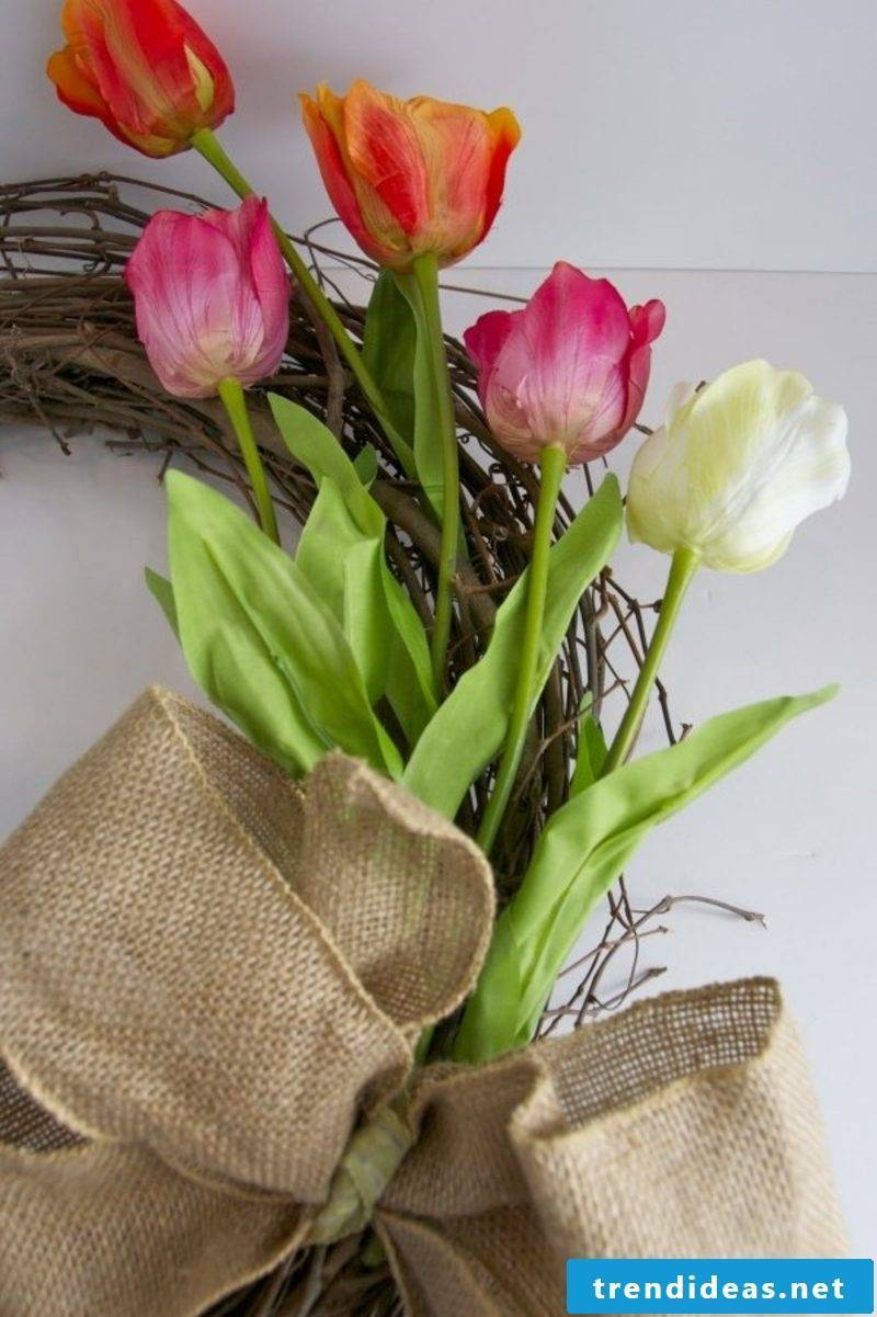 Wreath of tulips themselves make creative DIY ideas