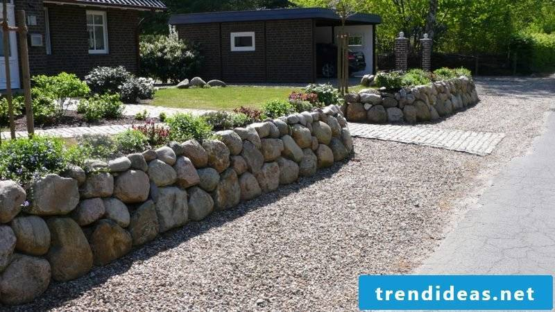 Garden wall of large, round stones Flowerbed edging