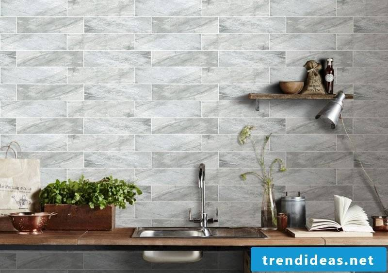 Wall panels with stone look behind the sink