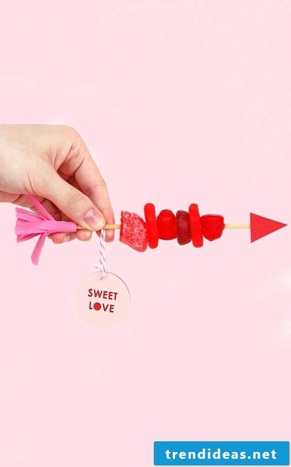 Give candy skewers for Valentine's Day