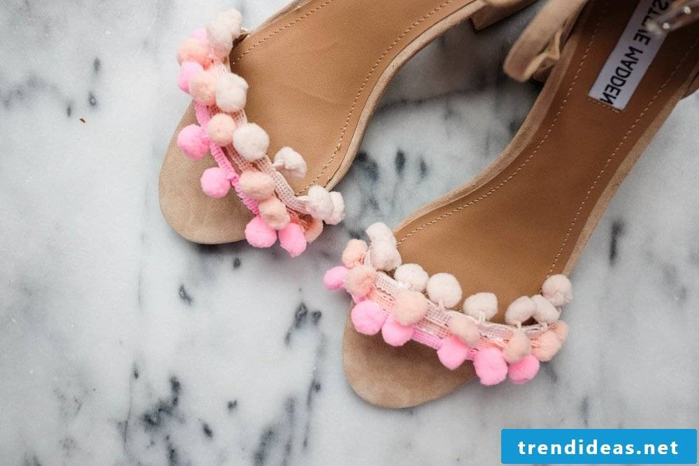 Spice up DIY instructions for women's shoes with pompoms