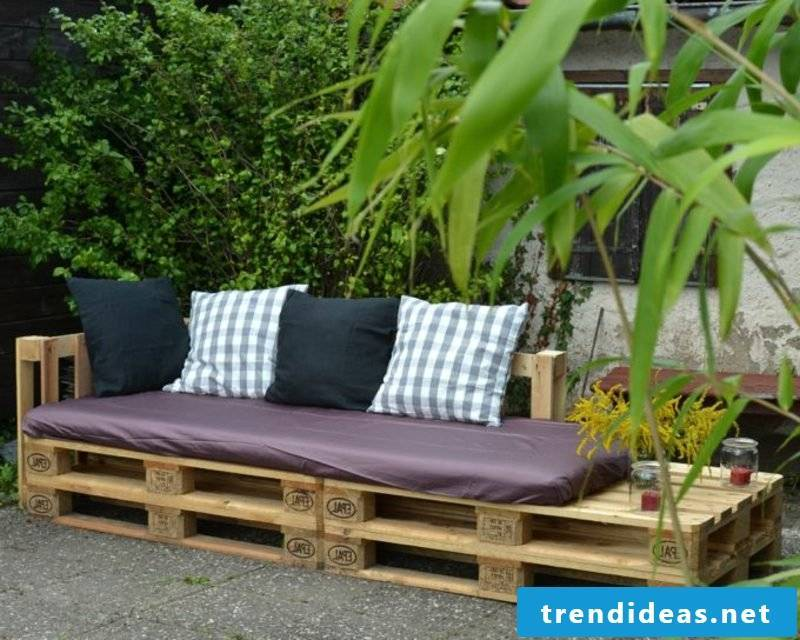 The pallet sofa is also a perfect variant for the garden